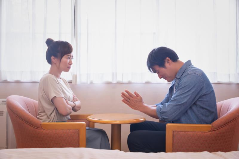 浮気を繰り返して妻に謝る男性