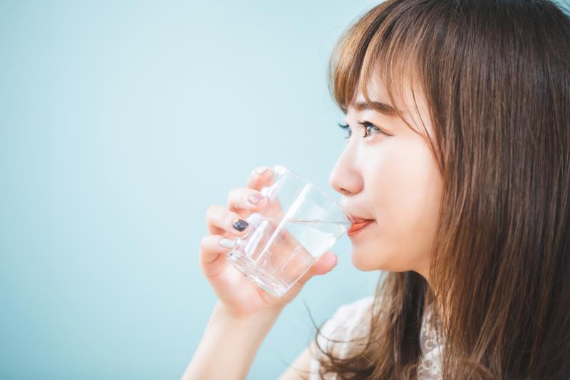 浄水型ウォーターサーバーの水を飲む人