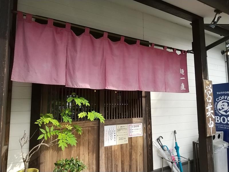 麺一直の入口にかけられた暖簾